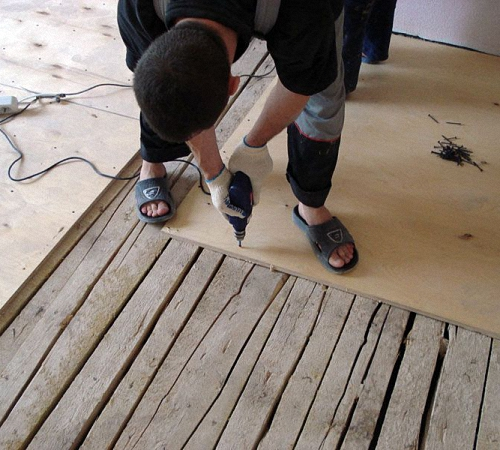 Выравнивание деревянного пола фанерой: ее монтаж на старый пол в доме под линолеум. как можно выровнять его своими руками? подложка