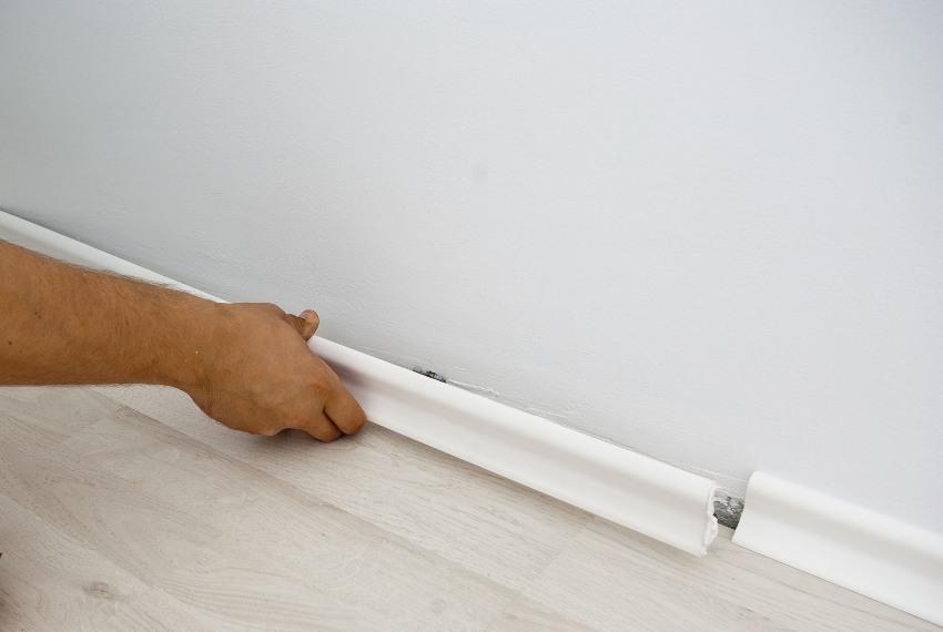 Как оформляют примыкание пола к стене без плинтусов