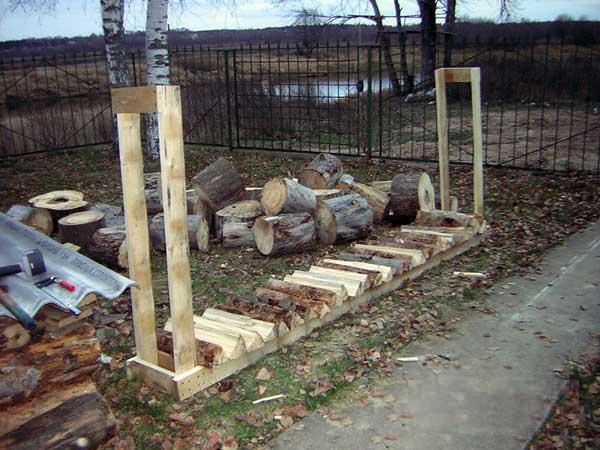 Как сделать поленницу для дров: освещаем в общих чертах