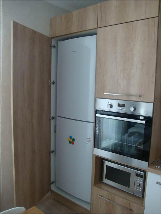 Как встроить невстраиваемый холодильник в кухню: лучшие способы