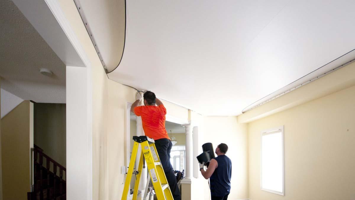 Что делать сначала: клеить обои или устанавливать натяжной потолок