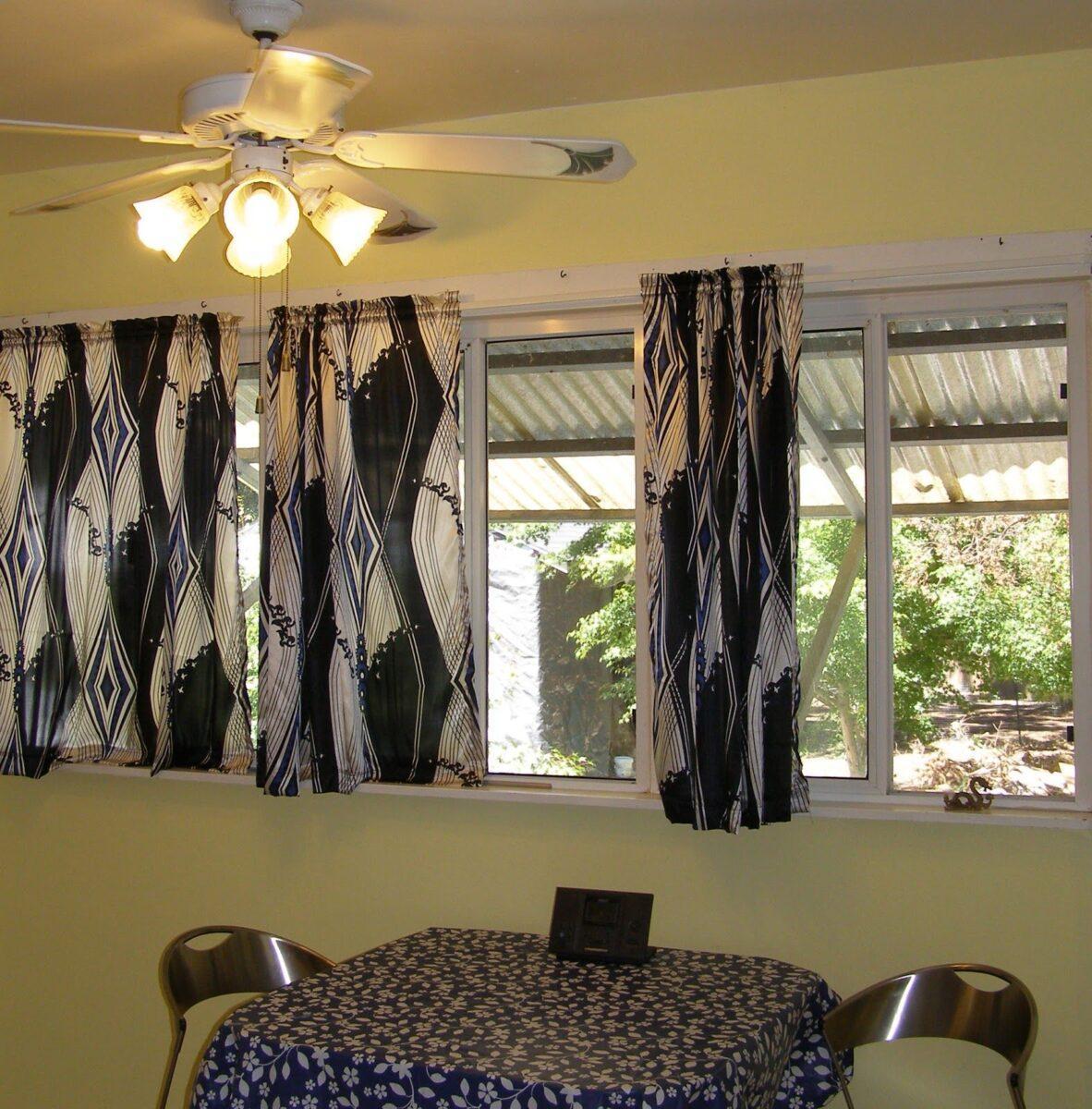 занавески на кухню короткие на маленькое окно