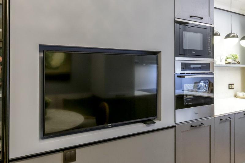 Нужен ли телевизор на кухне и как выбрать идеальный вариант?