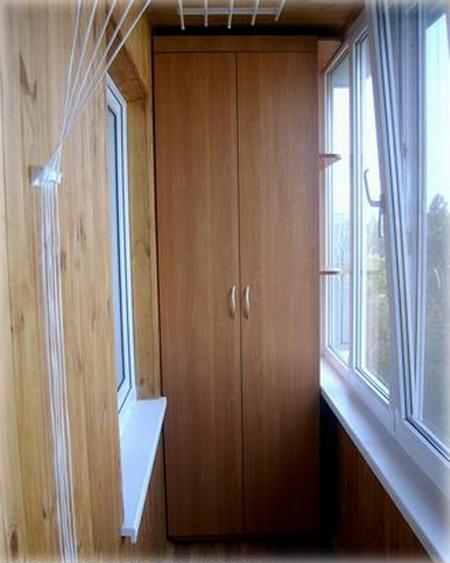 Угловой шкаф на балкон (32 фото): встроенные модели на лоджию