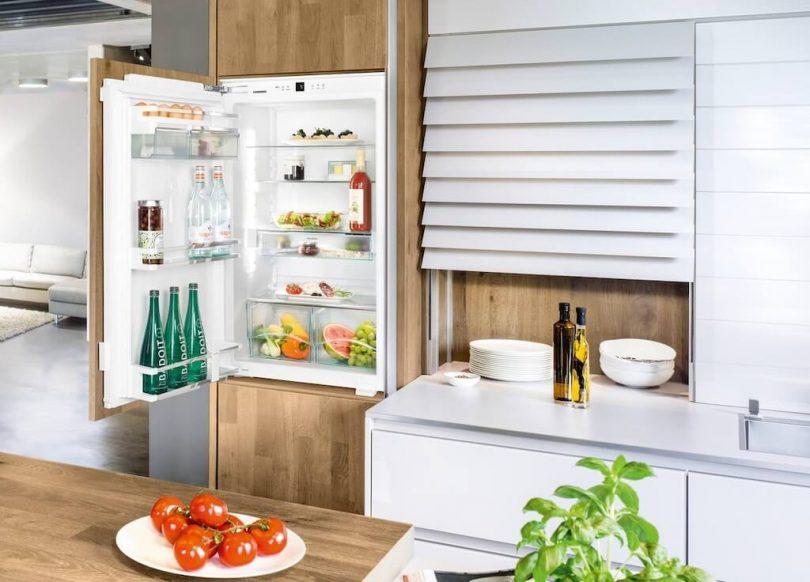 Дизайн маленькой кухни с холодильником (76 фото): куда поставить холодильник? угловые и встроенные кухонные гарнитуры с холодильником в интерьере. как разместить его в комнате с окном?