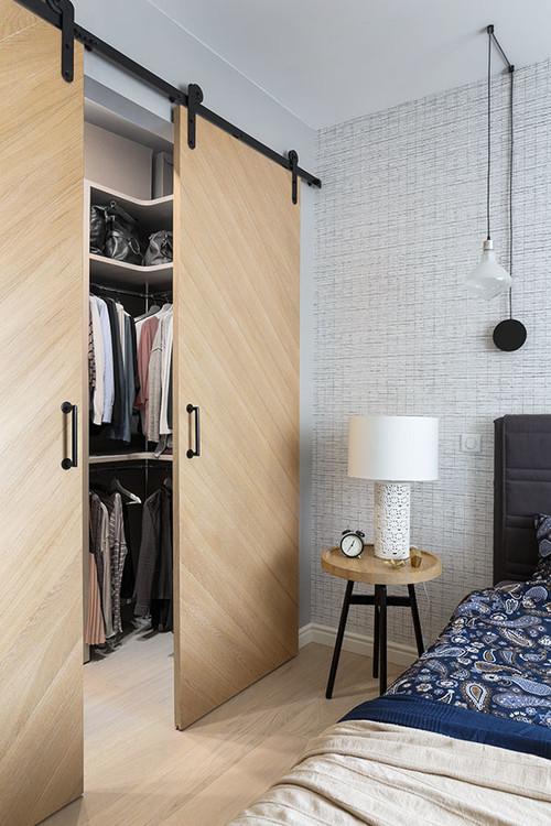 дизайн узкой комнаты с окном