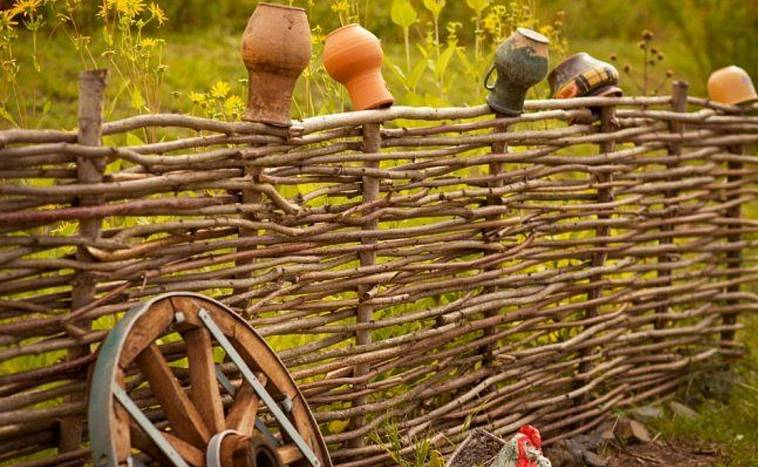 Сооружение плетня на даче своими руками