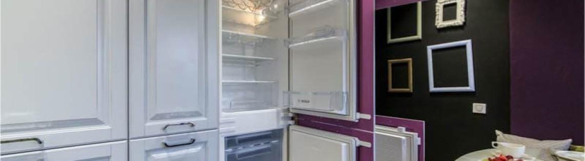 холодильник в шкафу в кухне