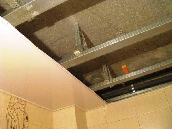 Как сделать потолок на балконе из пластиковых панелей – пошаговое руководство по монтажу
