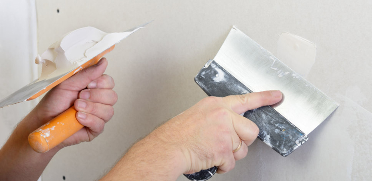 Шпаклевать в ванной: чем и как нанести раствор на стены и потолок в этой комнате под гипсокартон и покраску, можно ли перед укладкой плитки, какую смесь лучше взять?