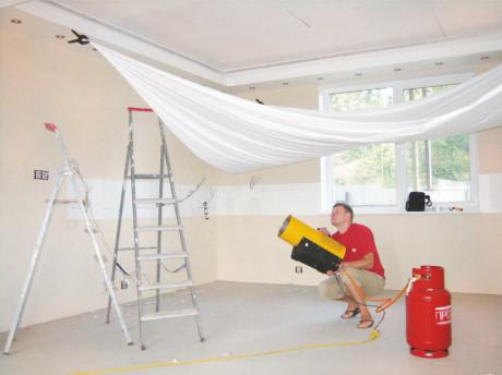 На сколько опускается натяжной потолок после установки?