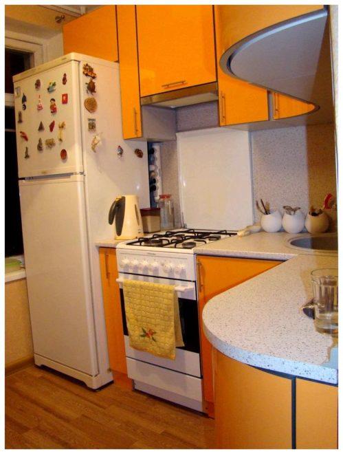 кухня в хрущевке с колонкой
