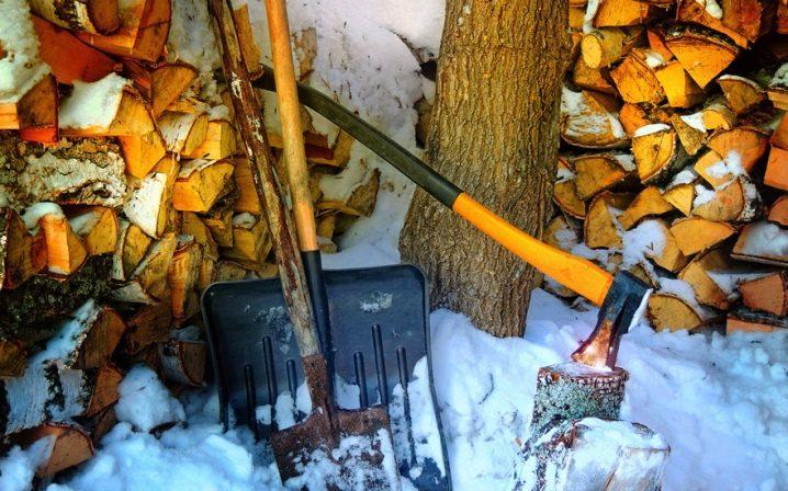 Колуны для колки дров и топор: литой, кованный