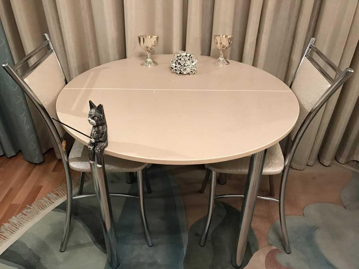 маленький круглый стол