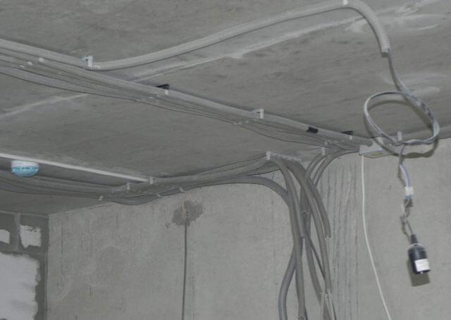 Проводка по потолку – как правильно провести проводку своими руками