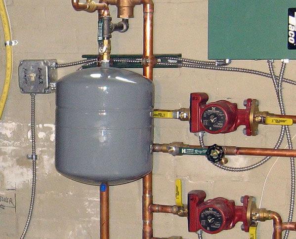 Место установки расширительного бака в системе отопления, где ставить в открытой, куда ставится в закрытой, как поставить бачок
