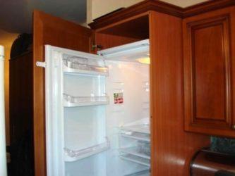 Встроенный холодильник в кухонный гарнитур: 22 фото удачного размещения
