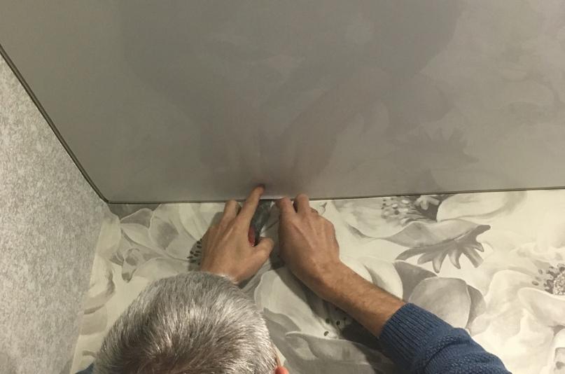 что сначала клеить обои или натягивать потолок