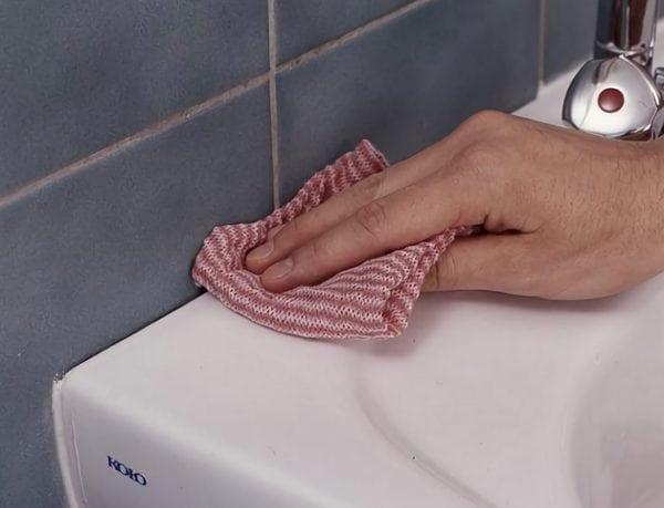 Операция зачистка: как удалить старый герметик в ванной?