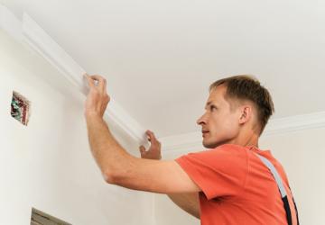Как вставить плинтус в натяжной потолок - всё о ремонте потолка