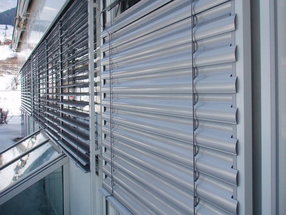 Необходимость автоматики на окна: защитные жалюзи, как их установить