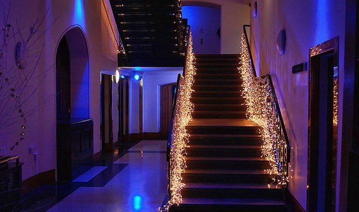Подсветка лестницы на ступенях (33 фото): конструкции со светодиодной лентой, светильники для ступенек кинотеатра