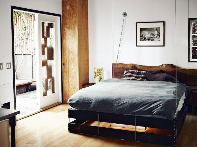 кровать в зале