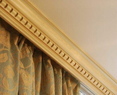 Как вешать карниз: на потолок или стену, на каком расстоянии и высоте, как сделать правильно