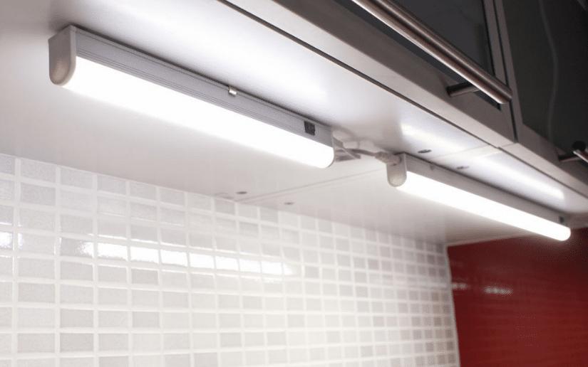 Подсветка рабочей зоны на кухне, светодиодная, люминесцентными лампами, точечными светильниками
