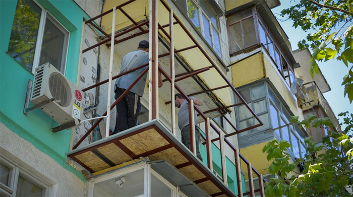Безрамное остекление балконов: технология монтажа пошагово