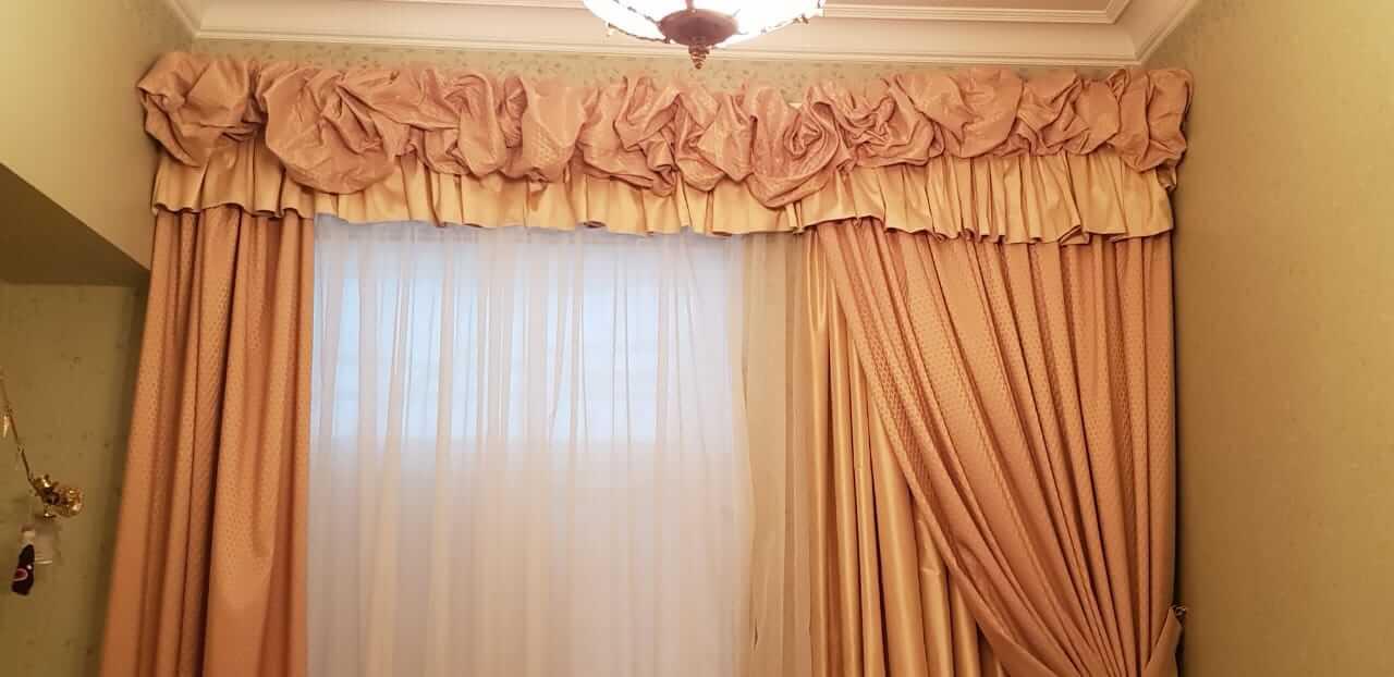 Химчистка штор: на дому и с выездом на дом. можно ли почистить тюль, римские и рулонные шторы дома? цены и особенности сухой химчистки на весу