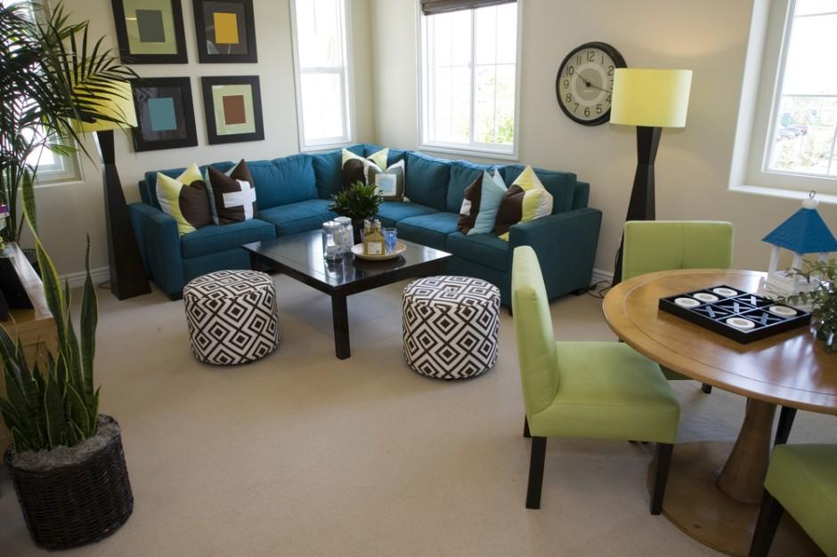 Дизайн гостиной с двумя окнами – преимущество или недостаток?