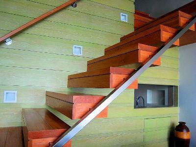 Чем обшить деревянную лестницу: варианты отделочных материалов, рекомендации по монтажу