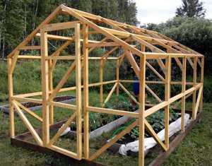 Строительство теплицы своими руками из дерева, видео и фото инструкции, советы по выбору материалов, конструкции, фундамента и крепления деревянной теплицы