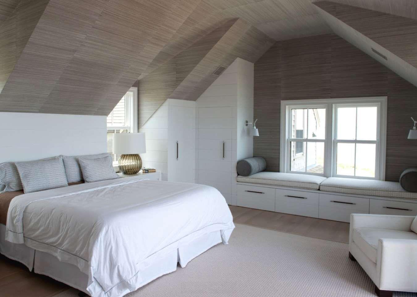 спальня в мансарде со скошенным потолком фото