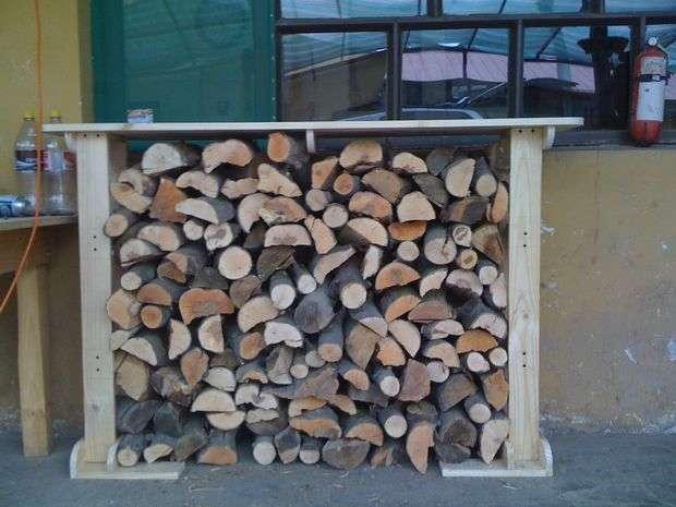 Дровница для камина: подставка для дров своими руками, корзина, поленница кованая, ящик, дровник, стойка для печки