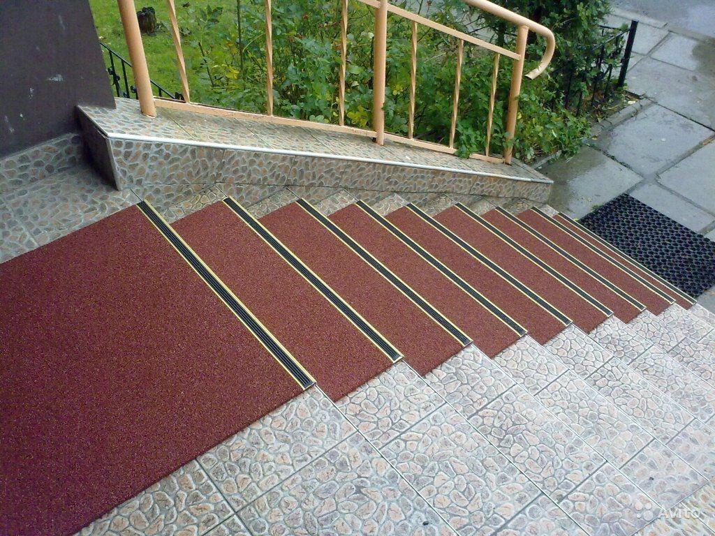Коврики для лестницы: разнообразие материалов и советы по выбору