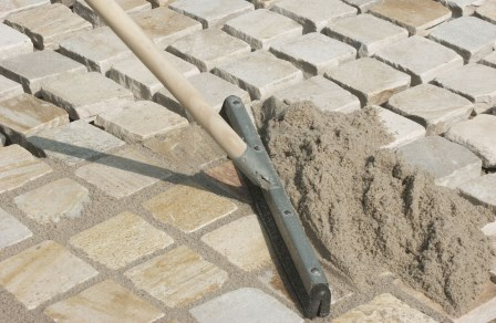 Укладка тротуарной плитки на щебень своими руками: пошаговая инструкция. как уложить тротуарную плитку на щебень. особенности монтажа тротуарной плитки на щебень.