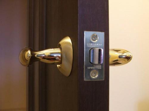 Выбираем магнитный замок на входную дверь