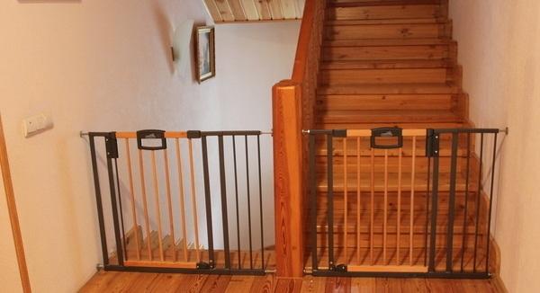 Детские ворота на лестницу: как выбрать или сделать своими руками