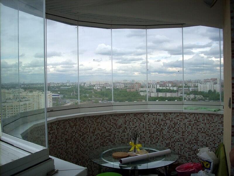 Безрамное остекление балконов и лоджий: плюсы и минусы
