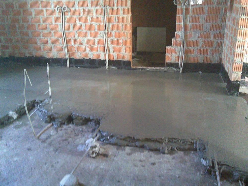 Что лучше выбрать – монтаж электропроводки по полу или потолку