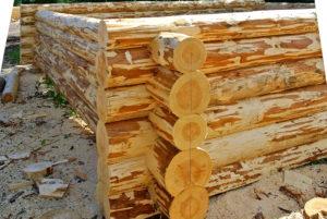 интерьер в деревянном доме из оцилиндрованного бревна