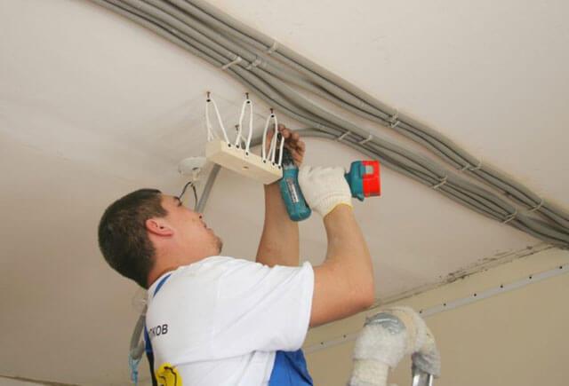 Проводка по деревянному потолку - основные требования к безопасности и виды монтажа