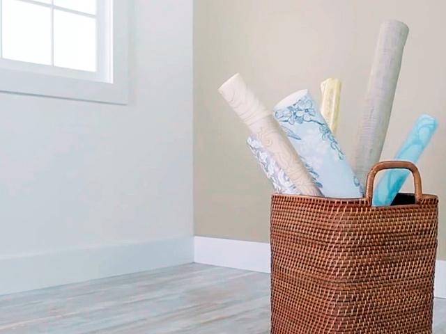 Как правильно клеить обои: подготовка комнаты и стен своими руками, размещение метровых и на бумажной основе, а также простой метод ремонта и способ от окна