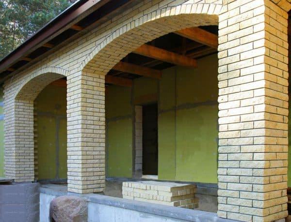 Красивые кирпичные дома: разновидности материала, преимущества и недостатки кирпичной облицовки, выбор стиля фасада