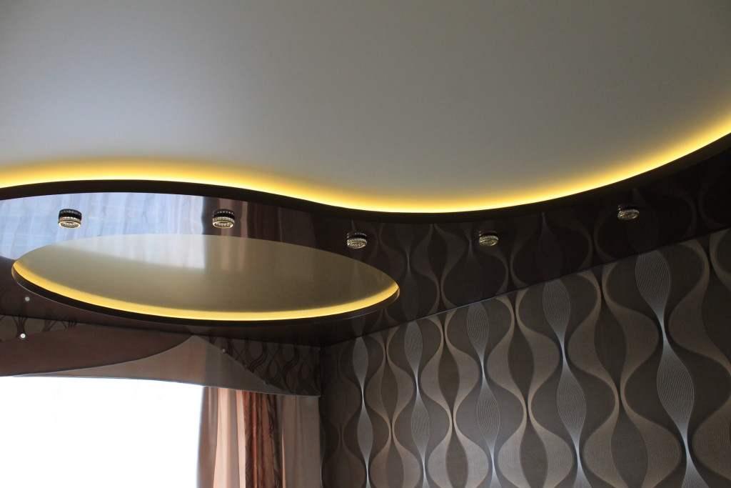 Двухуровневые натяжные потолки с подсветкой (51 фото): конструкции из гипсокартона со светодиодной подсветкой