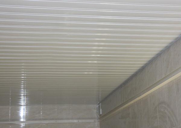 Отделка потолка в панельном доме в современном стиле