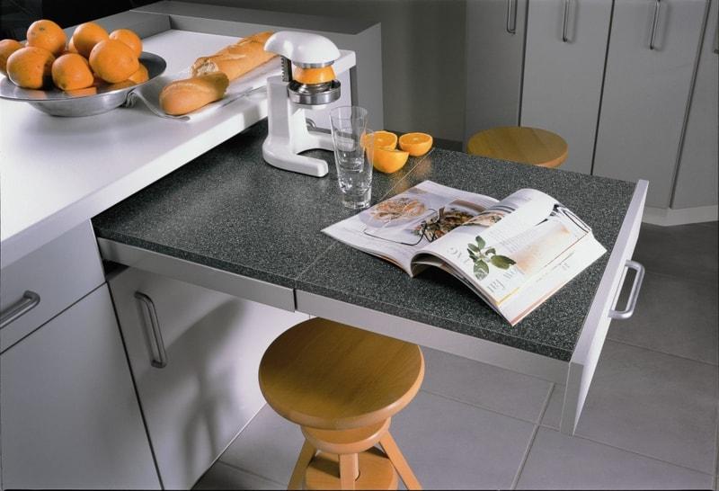 кухня с выдвижным столом из под столешницы