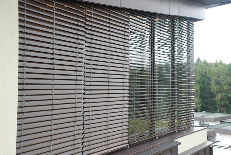 Наружные жалюзи (37 фото): защитные уличные металлические и пластиковые модели на окна веранды и террасы от солнца